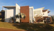 Cód 1484C - Linda Residência  em Condomínio  Fechado com 400m2 de área construida e 780m2 de lote.