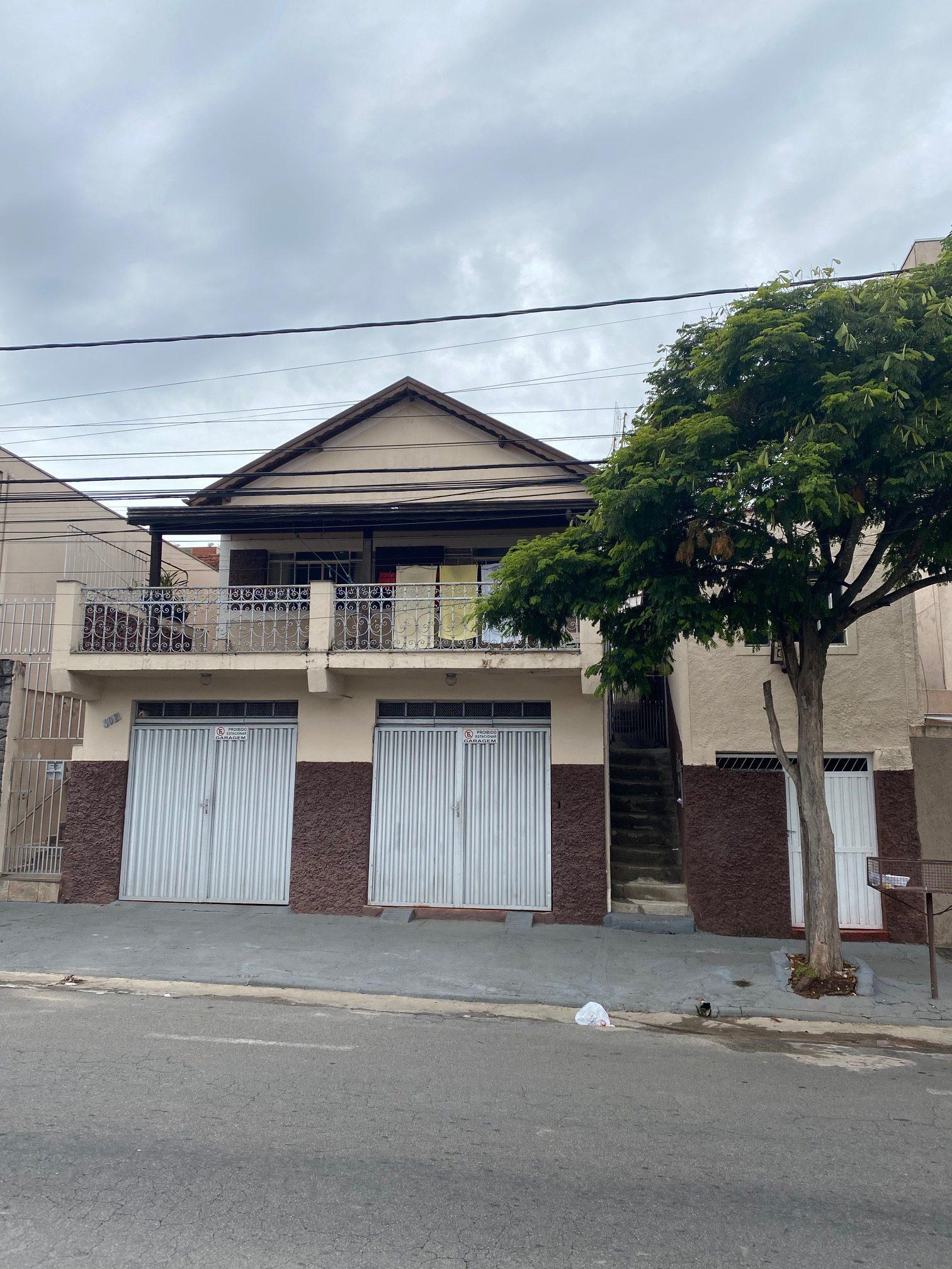 Cód 1489C -OPORTUNIDADE : Casa próxima ao Centro  , com 07 unidades todas alugadas .